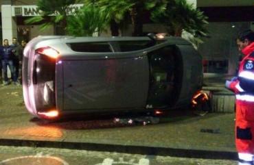 Auto si ribalta in piazza Lauro, miracolosamente illeso il conducente
