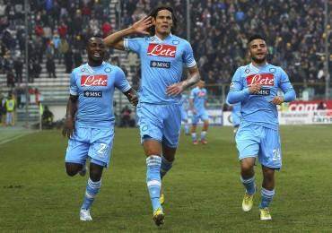 Il Napoli vola con Hamsik e Cavani, Juve a – 3