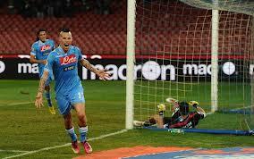Il Napoli piega 2 a 0 il Catania e vola in testa alla classifica