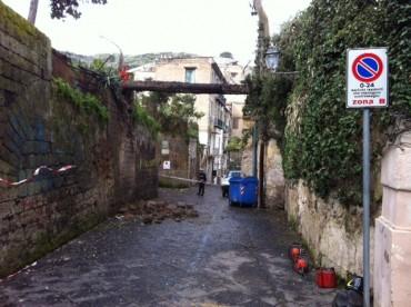 Via Rampe Sant'Anna chiusa per la caduta di un albero