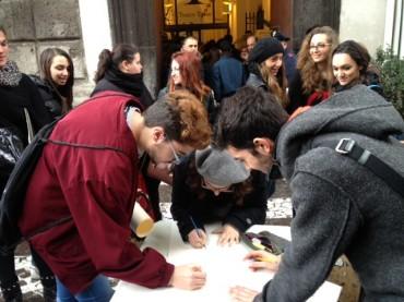 """Gli studenti del liceo artistico """"Grandi"""" protestano all'ingresso del Comune"""