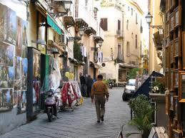 Centro storico di Sorrento: chiuso un tratto di via San Cesareo per il distacco di parti di un palazzo
