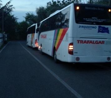 Autobus in sosta lungo la strada: Rischio incidenti a Casarlano, ma i vigili non si vedono