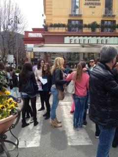 """""""Abbracci gratis"""" sul Corso Italia"""