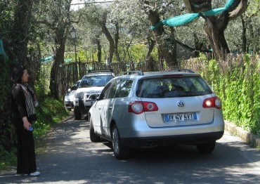 Fine settimana di caos a Marina di Puolo: Spiagge e ristoranti presi d'assalto da centinaia di persone, ma parcheggi sbarrati ed auto in sosta lungo la strada