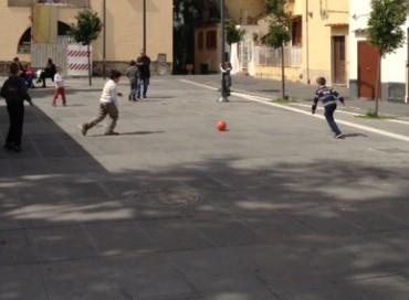 A Vico vietato giocare a calcio in piazza Kennedy