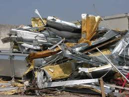 Una discarica illecita di rifiuti speciali e pericolosi scoperta nella zona collinare