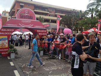 Giro d'Italia tutto pronto per la partenza, piazza Lauro gremita