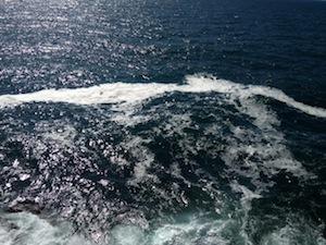 Ancora chiazze di schiuma nel mare della penisola