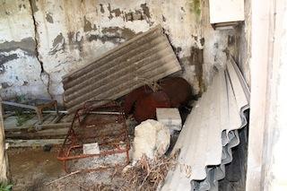 Oltre 500 kg di amianto scoperti per caso in un sentiero di Marciano