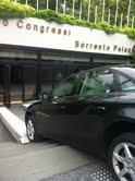 Auto in bilico sulle scale del centro congressi del Sorrento Palace