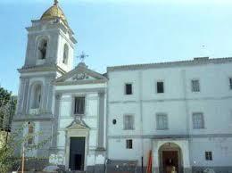 Piovono calcinacci dal campanile, sbarrato l'ingresso della chiesa di Marina della Lobra