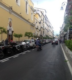 Parcheggi per i motorini sul Corso Italia, via libera del Comune