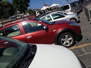 Auto abbandonata al centro della carreggiata al porto di Marina Piccola: Paura tra i turisti