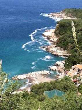 Mare inquinato, chiazza di schiuma nel parco di Punta Campanella