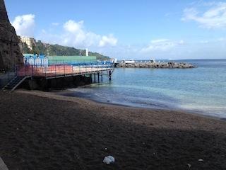 La spiaggia di San Francesco a Sorrento riservata a residenti ed anziani