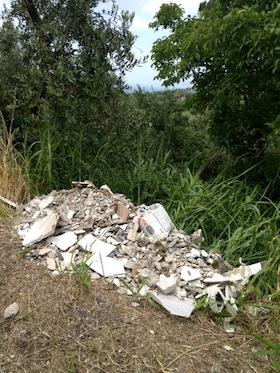 Sversamento illecito di rifiuti lungo la strada che conduce a Casarlano