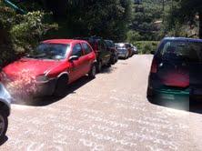 Fiamme da un'auto a Puolo, ma i pompieri non possono raggiungere l'area a causa della sosta selvaggia