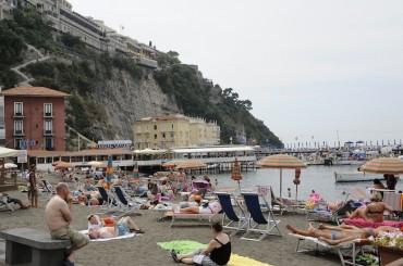 Sequestrati i lettini da mare che la cooperativa Sant'Anna noleggia ai bagnanti di Marina Grande