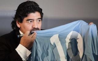 Maradona chiede 2 milioni a De Laurentiis per le sue immagini nel DVD di Cavani