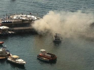 Barca in fiamme, panico al porto di Piano