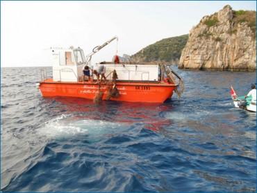 Pulizia del mare, ci pensa il battello di Punta Campanella