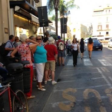 Centinaia di turisti e pendolari fermi sotto il sole ad aspettare autobus di linea che non passano per uno sciopero
