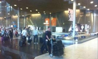 Cavani è atterrato a Parigi, l'attaccante lascia ufficialmente il Napoli e firma il contratto con il Psg
