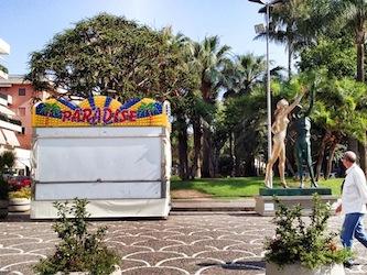In piazza Lauro una macchina per giocattoli accanto alla statua di Dalì