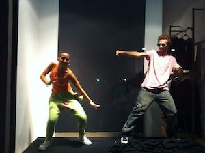 Ballerini al posto dei manichini nelle vetrine del Corso Italia