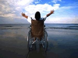 Divertimento in spiaggia per i ragazzi disabili