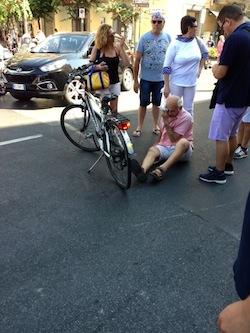 Cavallo imbizzarrito crea il panico lungo il Corso Italia