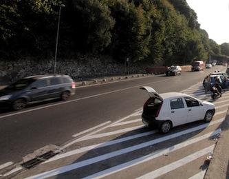 """Cede la strada e bus sprofonda a Pozzano, traffico in tilt sulla """"Sorrentina"""""""
