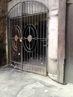 """""""The Club"""" un ricettacolo di rifiuti a due passi da piazza Tasso"""