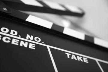 Nasce a Napoli una scuola di cinema per aspiranti cineasti, il professore di sceneggiatura sarà una vecchia conoscenza della penisola: Giovanni Mazzitelli