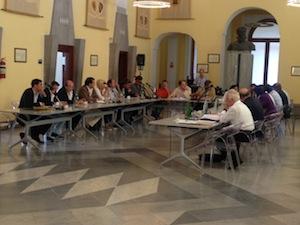 Il Consiglio comunale proroga di due anni i termini per la definizione della pratiche di condono edilizio e rinnova fino al 2018 il contratto con Penisolaverde