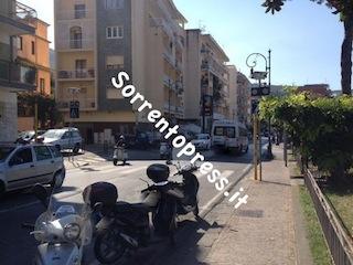 """Problema sicurezza stradale a via Degli Aranci: """"auto sfiora un passeggino"""" la polemica nata sul web"""