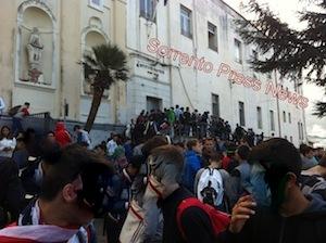 Ingresso alla seconda ora revocato, gli alunni del Nautico manifestano contro la decisione della dirigente scolastica