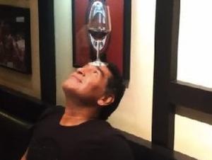 """Maradona giocoliere col bicchiere di vino da """"Giannino"""" a Milano"""