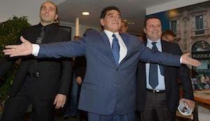 Maradona torna in campo. A 53 anni tesserato da una squadra argentina