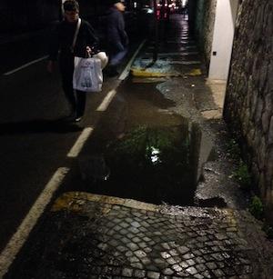 Via Correale, una pozzanghera da anni costringe i pedoni ad invadere la carreggiata: Il Comune faccia qualcosa