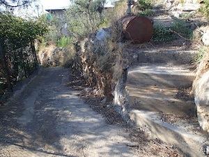 Scempio a Torca in via Salastra, il sentiero pedonale diventa carrabile