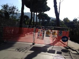 Resterà chiuso fino alle 18 di stasera il tratto di via San Renato, che collega il cimitero a via degli Aranci