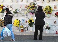 Si toglie la vita a poca distanza dalla tomba del marito, tragedia a Massa Lubrense