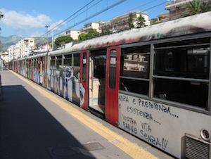 Sassi contro il treno Sorrento-Napoli, paura per i passeggeri ma nessun ferito