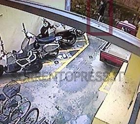 Furto in pieno centro a Sorrento, ladro inquadrato dalle telecamere di sorveglianza: è caccia all'uomo