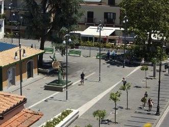 Stop alla sosta delle auto del personale dell'ospedale di Sorrento in piazza Veniero