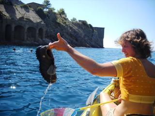 Turisti a pesca di rifiuti nel golfo di Sorrento