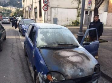 Auto in fiamme lungo via degli Aranci