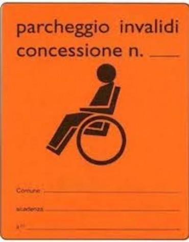 Utilizzava il contrassegno per la sosta dei disabili del padre ormai defunto: donna di Sorrento denunciata dai vigili